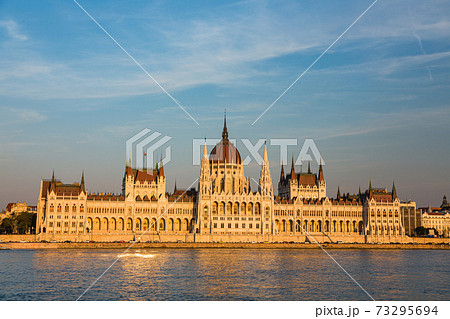 ハンガリー 夕暮れ時のブダペストの国会議事堂 73295694