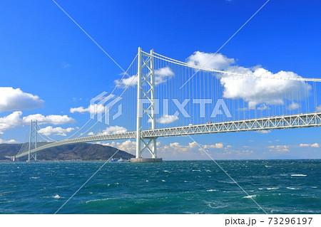 【兵庫県】晴天下の明石海峡大橋 73296197