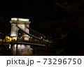 ハンガリー ライトアップされたブダペストのセーチェーニ鎖橋 73296750