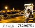 ハンガリー ライトアップされたブダペストのセーチェーニ鎖橋とブダ城 73296751
