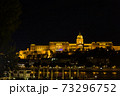 ハンガリー ライトアップされたブダペストのブダ城 73296752