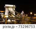 ハンガリー ライトアップされたブダペストのセーチェーニ鎖橋 73296753