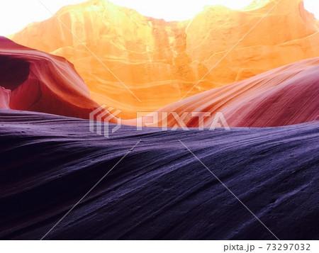 アンテロープキャニオンを見上げた時の景色 三食の自然美 73297032