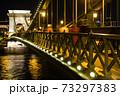 ハンガリー ライトアップされたブダペストのセーチェーニ鎖橋 73297383