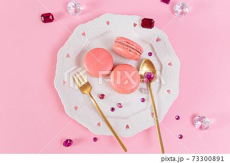 ハートレースのお皿に乗ったピンクのマカロン 73300891