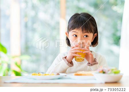 朝ごはんを食べる女の子 73305222