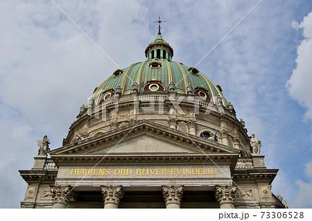 デンマークの首都、コペンハーゲンのランドマーク フレデリクス教会 のドームを仰ぎ見る 73306528