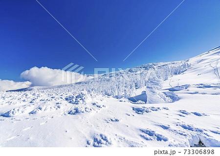 山形蔵王の樹氷と青空 山形県山形市 73306898