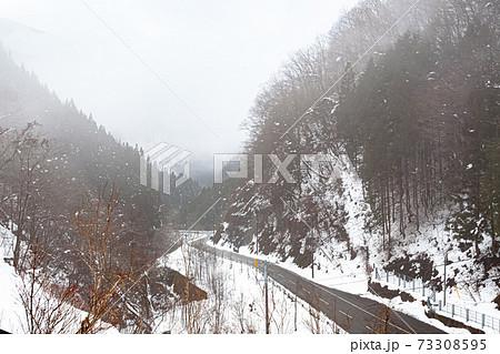 冬の雪道  73308595