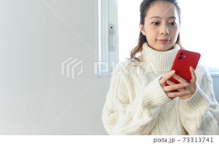 スマートフォンと女性 73313741