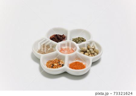 梅皿パレットに盛った様々なスパイス 73321624