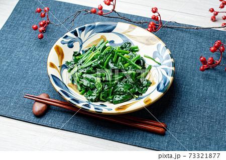 お子様も絶対に喜ぶ簡単レシピ「ほうれん草の米油炒め、野菜ブイヨン味」。 73321877