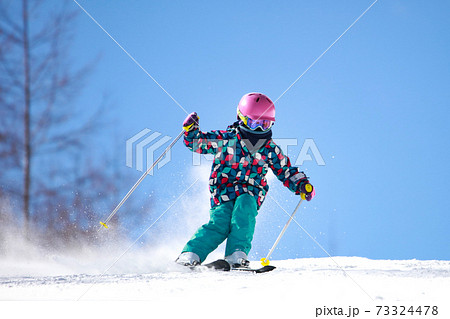 スキーをする女の子 73324478