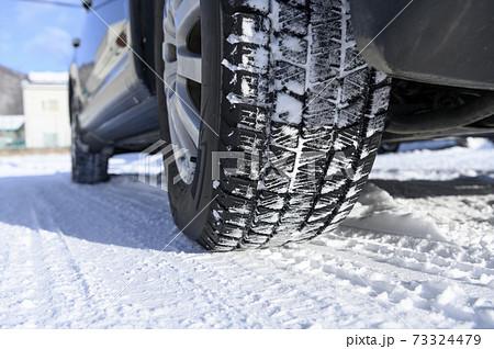 雪上のスタッドレスタイヤ 73324479
