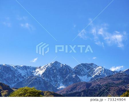 秋の鑓ヶ岳と杓子岳 2020年10月下旬の白馬村の松川河川公園付近から見た「鑓ヶ岳」と「杓子岳」 73324904