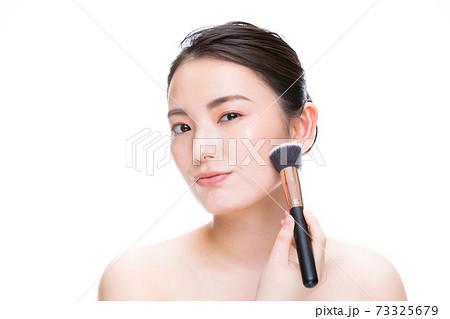 化粧 白バック 女性 73325679