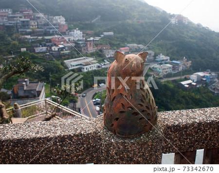 愛し台湾(九分。台湾茶の喫茶店で崖の街並みを見下ろす陶器の猫に出会った。微笑みに包まれた)台湾、九分 73342670