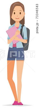 バックパックを持った若い女性がファイルを持っている 73346583