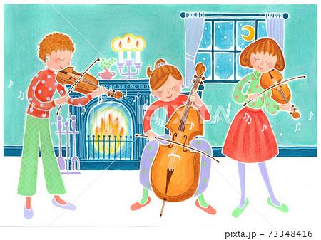 雪の夜に暖炉の前で弦楽器を演奏する三人の女の子 73348416