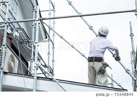 足場を組む職人さん 73348845