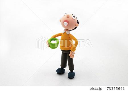 手づくり粘土のうがいをする男性 73355641
