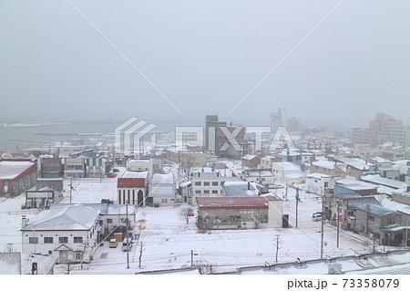 北海道紋別市中心部の街並み(冬) 73358079