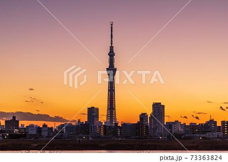 美しい都会の夕空と東京スカイツリー 73363824