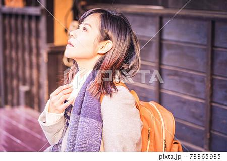 旅行のショッピングで椅子に座って休憩する女性 73365935