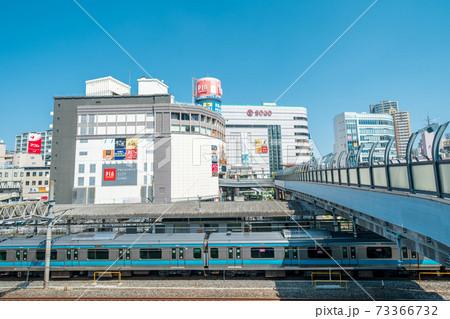 「埼玉県」川口駅と駅前の商業施設 73366732