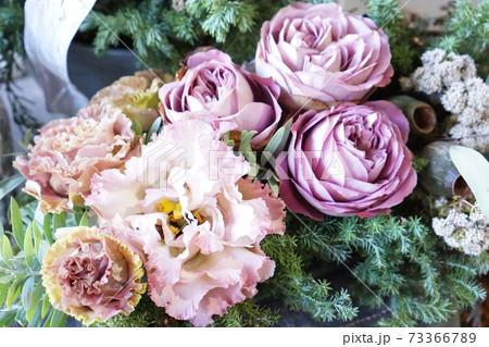 ピンクのバラとピンクのトルコキキョウ 73366789