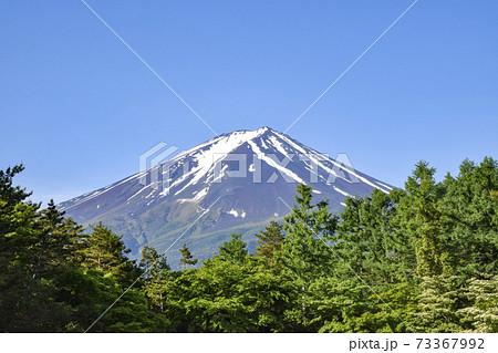 青空に映える富士山 73367992