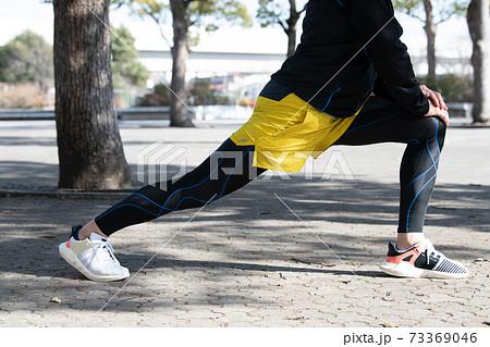 ジョギングの準備体操・ストレッチイメージ 73369046