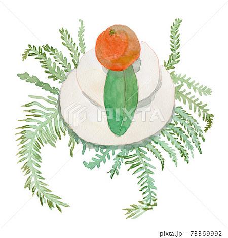 ダイダイ、ユズリハ、ウラジロと飾られた鏡餅の水彩イラスト 73369992