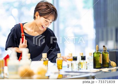 女性が買い物をしているシーン 撮影協力:g GIFT AND LIFESTYLE 73371839