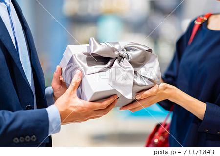買い物をする夫婦 撮影協力:g GIFT AND LIFESTYLE 73371843