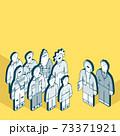 3世代家族とスーツ姿の男女 73371921