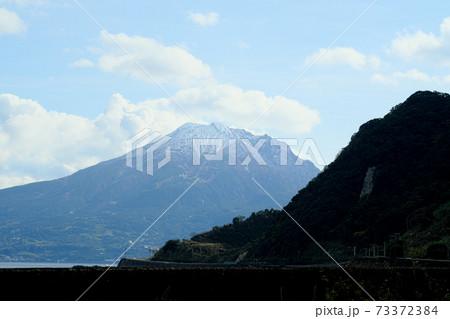 小さな山の奥に見える大きな山の桜島 73372384