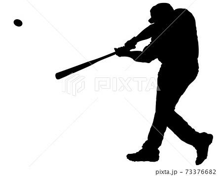 ボールを打つバッターのシルエット 73376682