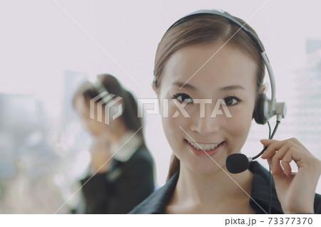 インカムを付けたビジネスウーマン 73377370