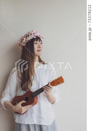 ウクレレを弾く女性 73378212