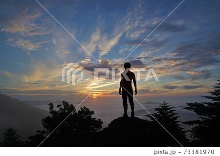 大菩薩峠からの朝日を眺める登山者 73381970