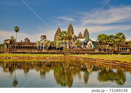 カンボジア 水辺のアンコールワット 73389246