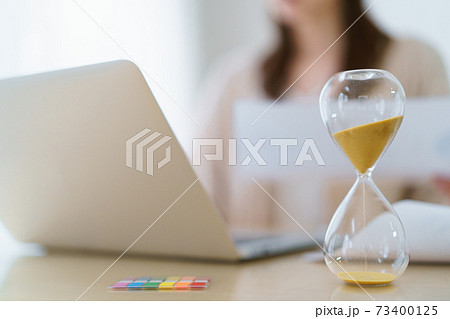 時間管理しながら在宅勤務する女性 73400125