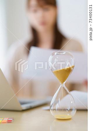 時間管理しながら在宅勤務する女性 73400131