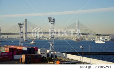 横浜港、シンボルタワーから見るベイブリッジ 73405294