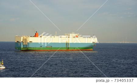 横浜港、東京湾を航行中の自動車運搬船 73405337