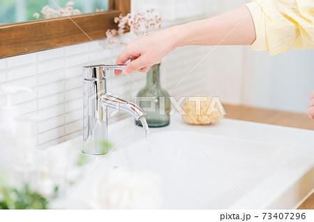 住宅の洗面台で手を洗う女性の手元 73407296