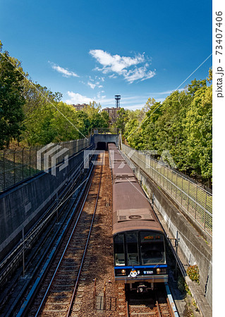 港北ニュータウンの緑道の新緑と地下鉄・ブルーライン 73407406