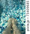 プールの中の女の人の足 73409685