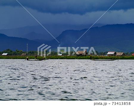 ミャンマー・シャン高原にあるインレー湖で営まれる昔ながらの風景 73413858